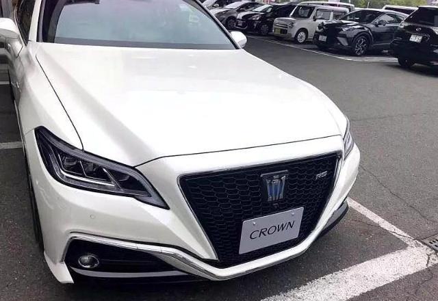2019款全新丰田皇冠卷土重来,中控液晶三屏设计,27万起售