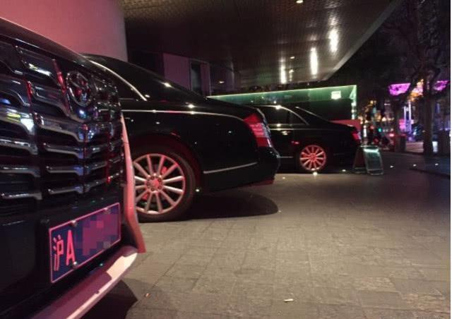 马云酒吧开业,三辆迈巴赫停门口,总价值超3000万,网友:有气势