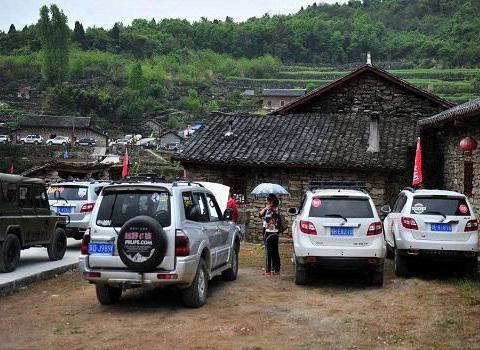 在农村,为什么有些人会把车开到田里去?老农说出了三个原因
