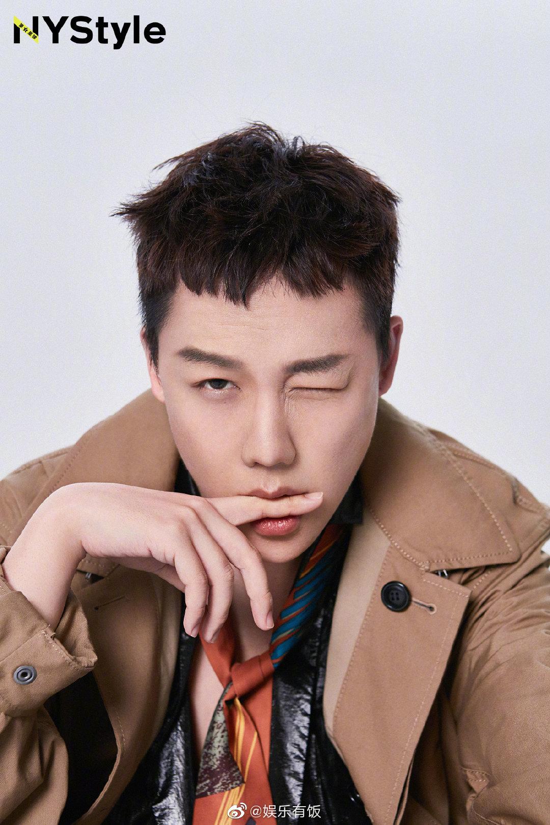 @刘维-Julius 最新写真大片曝光,身穿复古风衣搭配落叶色领带