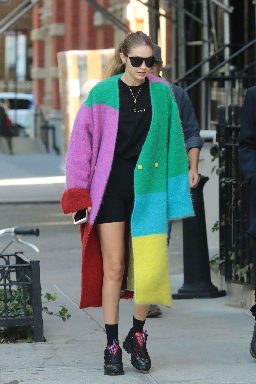 当地时间10月18日,Gigi Hadid身穿多色拼接毛外套在纽约外出的街拍