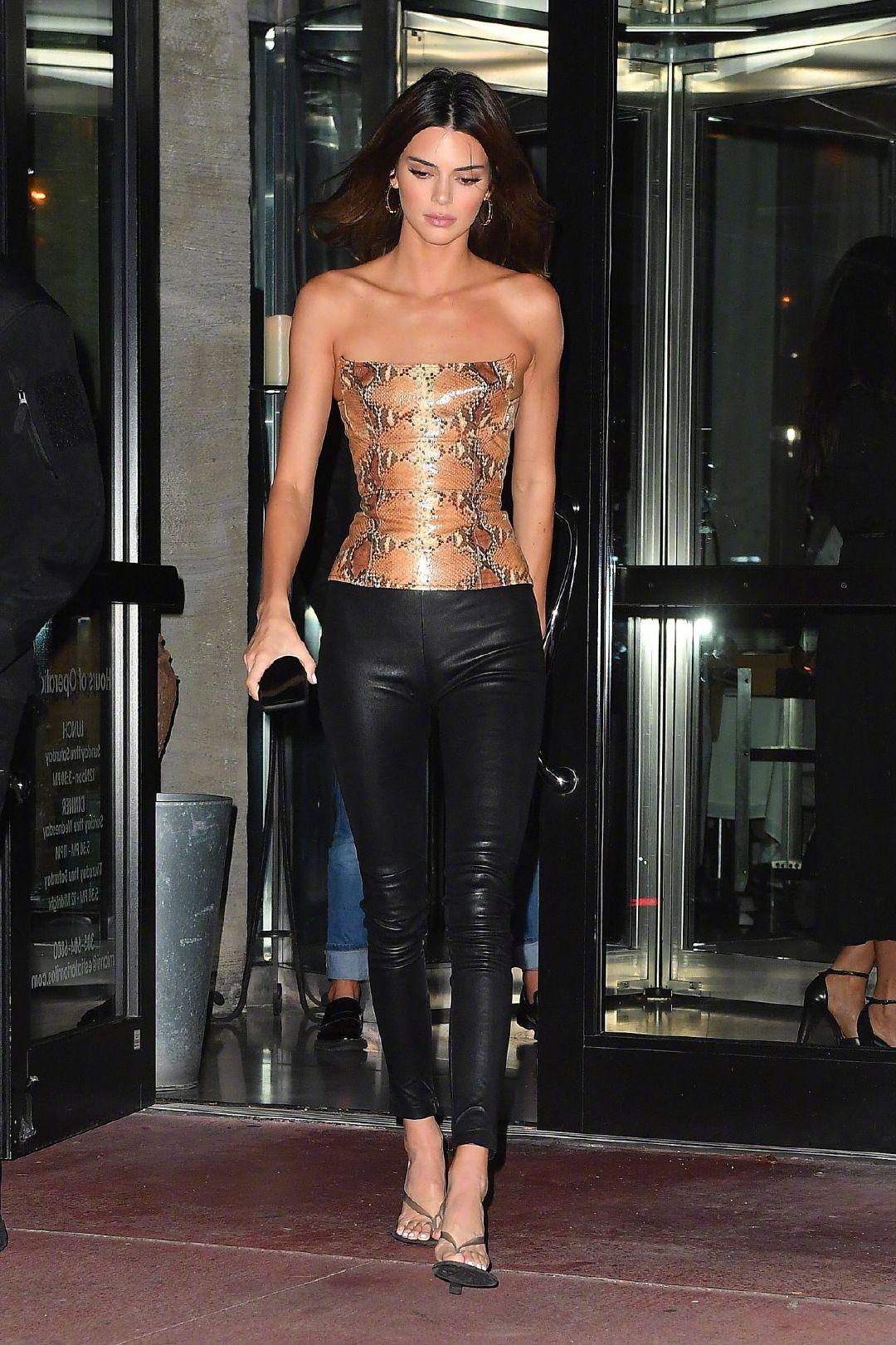 当地时间12月5日,在迈阿密度假的肯豆Kendall Jenner 。look1