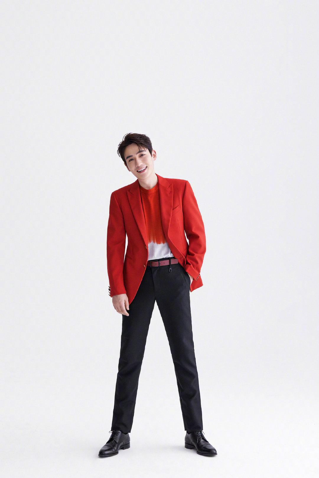 近日,@朱一龙 一身沉稳的红色西装登上春晚