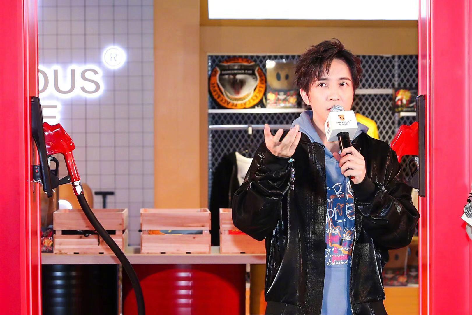 薛之谦在上海出席潮牌开幕活动,黑色亮面夹克搭配紫色印花卫衣