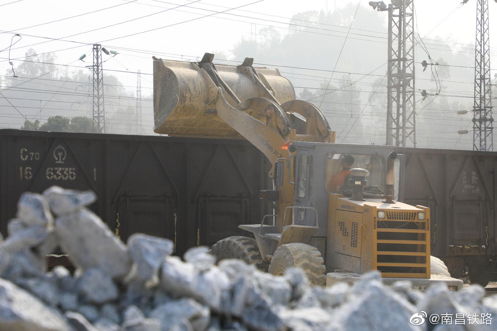 复工复产铁路人在行动@南铁永安车务段装运重晶石等大宗货物