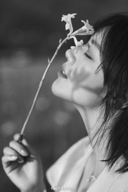 昨天,马思纯喜提香奈儿香水形象大使,在格拉斯花田