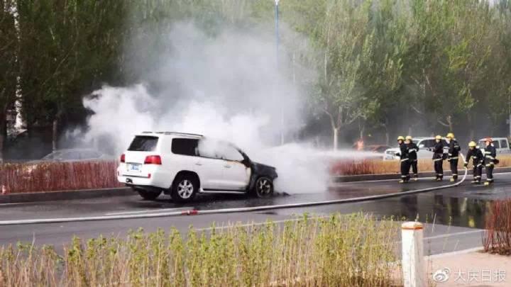 百万元SUV萨政路自燃,10多台过往车辆送出灭火器,交警消防紧急扑救