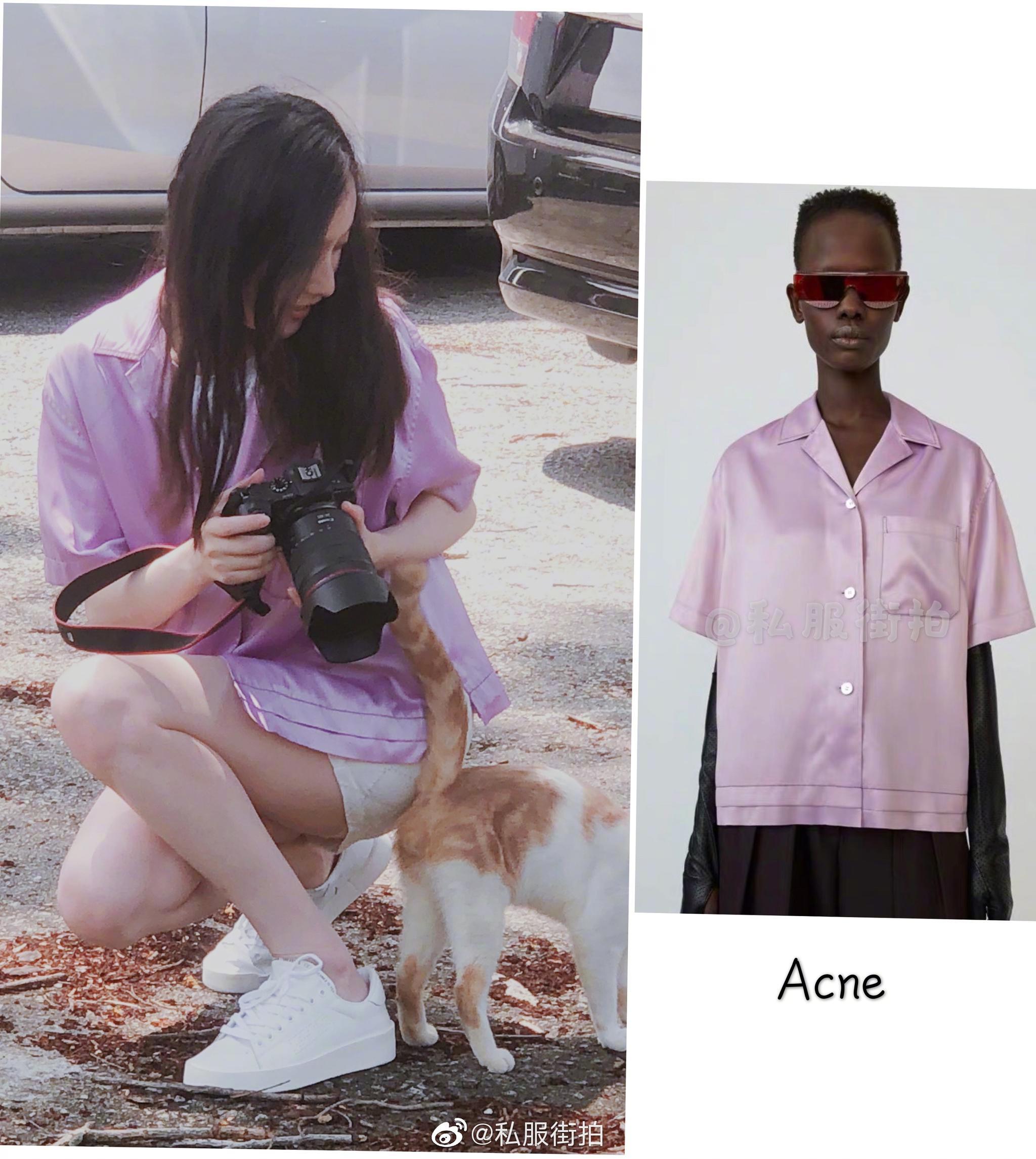 工作室更新倪妮私照,身穿香芋紫短袖衬衫搭配白色短裙拍摄流浪大橘