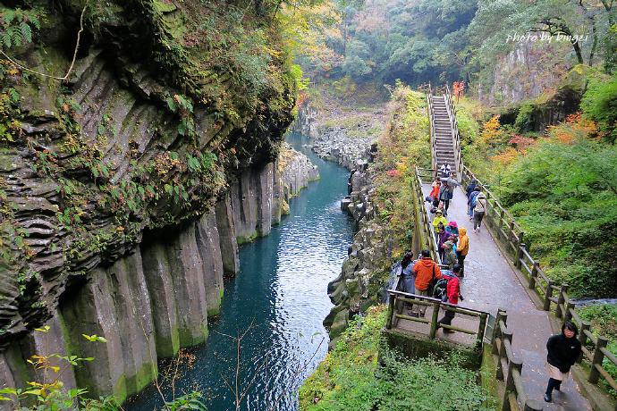 高千穗峡是数万年前阿苏火山爆发时 岩浆沿着五濑川流出遇冷空气后