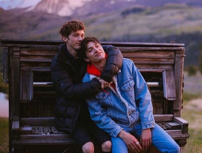 《戳爷Troye Sivan发推文:和男朋友三周年啦!甜死我了》