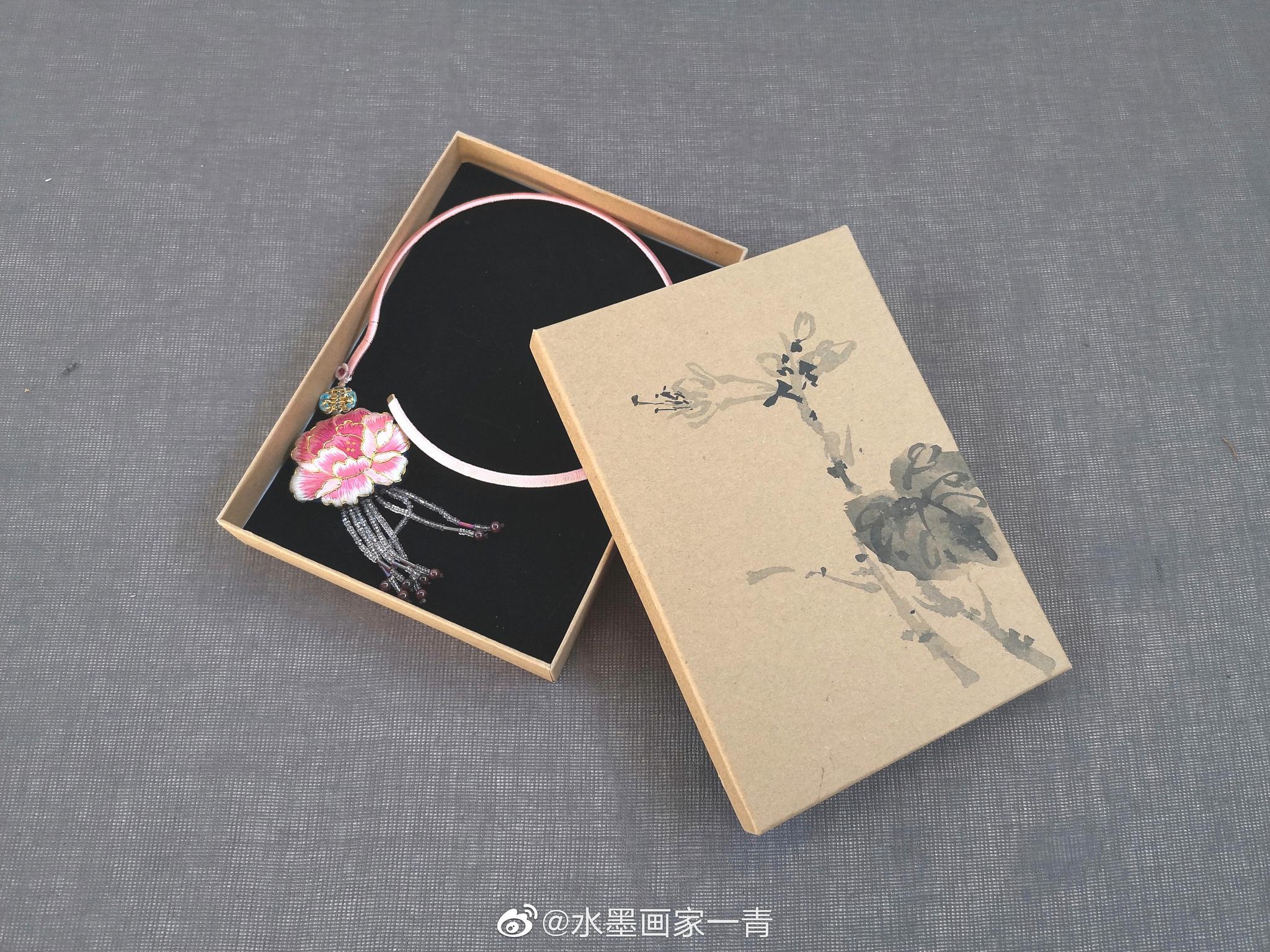 心灵手巧的手工饰品配上手绘包装盒