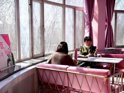 沈阳大学食堂新创意 粉红女神区一座难求