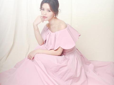 文咏珊宋妍霏撞衫,同穿露肩花瓣礼服身材高挑,气质优雅不分上下