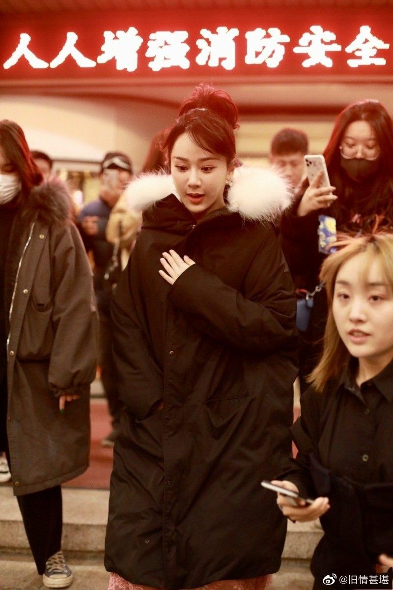 杨紫参加央视春晚第五次联排 ,梳侧分刘海高扎马尾俏皮十足!