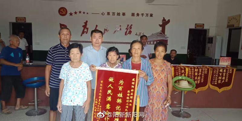 阳新县财政局驻村扶贫工作队员调整 三溪世林村民依依不舍自发送别