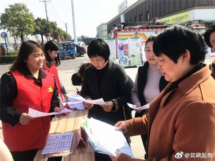 近日, 搬经镇的新时代文明实践志愿者们来到搬经易买得广场
