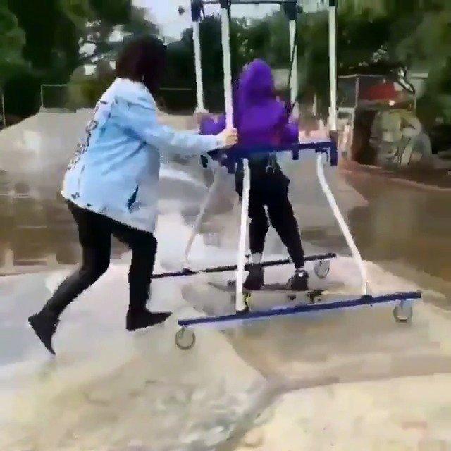 这是一位想玩滑板的脑瘫儿童,所以妈妈为他准备了这个
