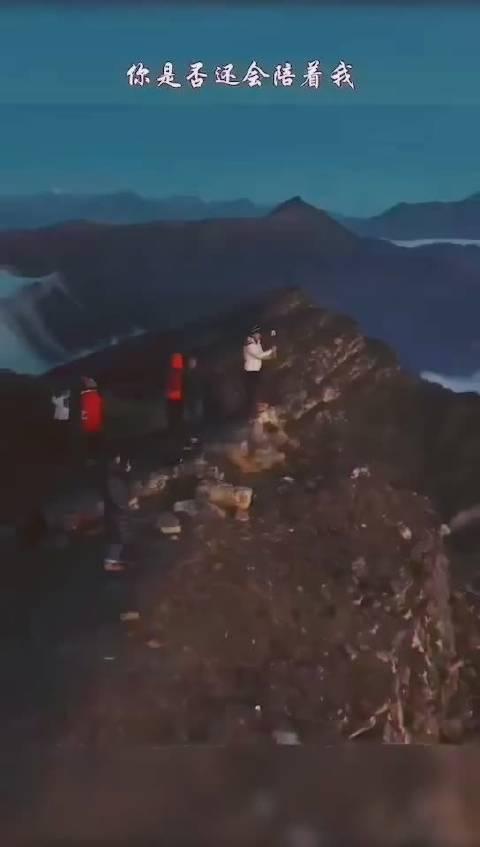 华尖山,位于四川省甘孜藏族自治州泸定县冷碛镇黑沟村,海拔3540米