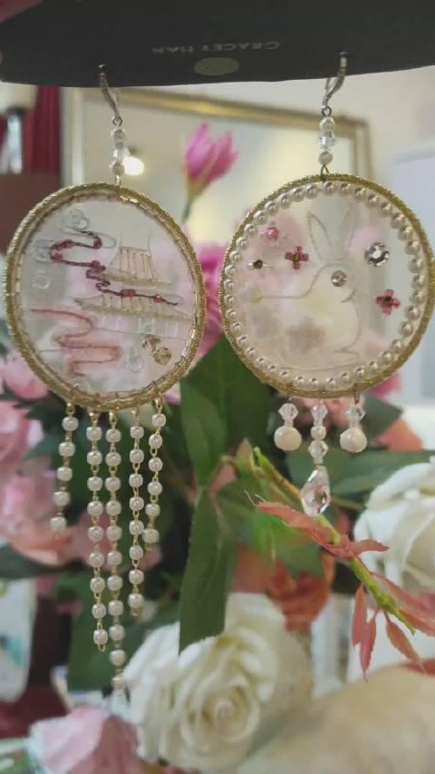 原创玉兔仙宫耳环,法绣苏绣混合技法。