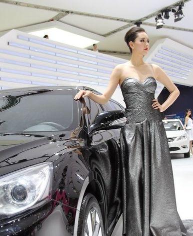 冷艳女王车模,实力助阵大奔,银色长裙包不住丰满身姿!
