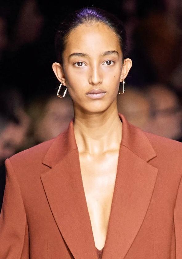 Boss Fall Winter 2020 秀场妆容的砖红色腮既可以亮肤色