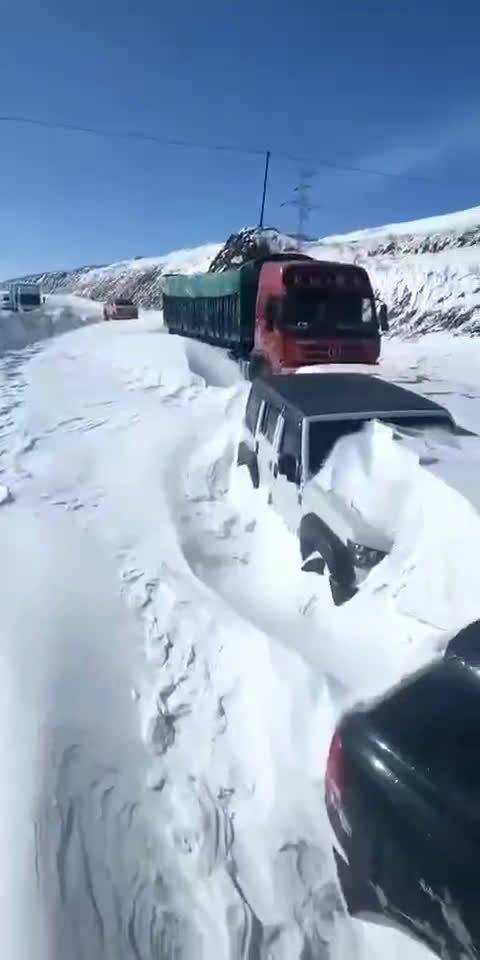这得多大的雪才能把车埋这,是真的挖车啊,还好能找到车