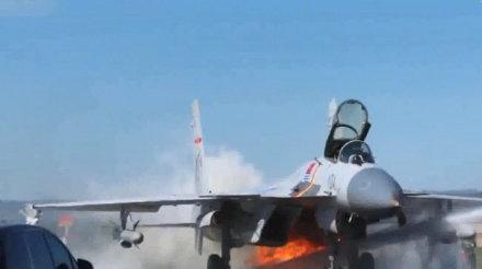 战斗机飞行途中撞击飞鸟,海军航空兵创下超极限着陆的奇迹!