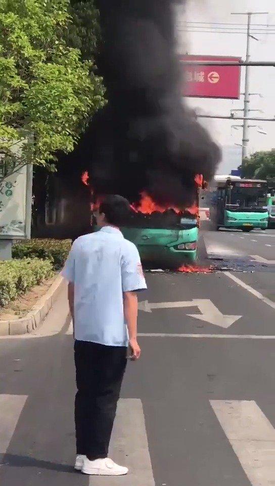 苏州一公交车突然起火,据说是气电混合车