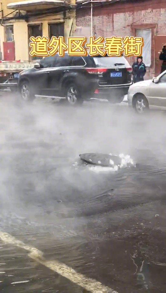 道外区长春街一马葫芦冒水 行人跳着走