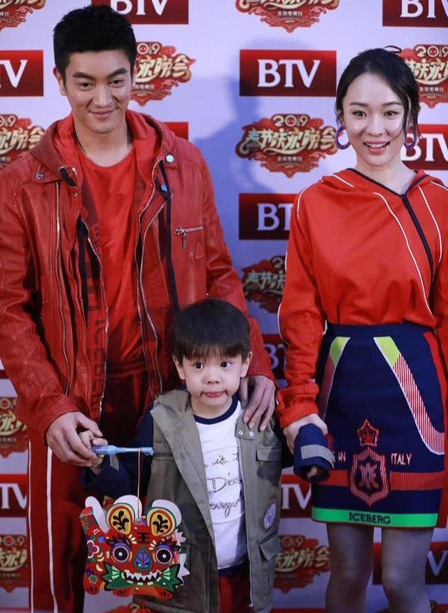 杜江霍思燕带儿子现身某卫视春晚,嗯哼毫无包袱狂撒表情包超萌!图片