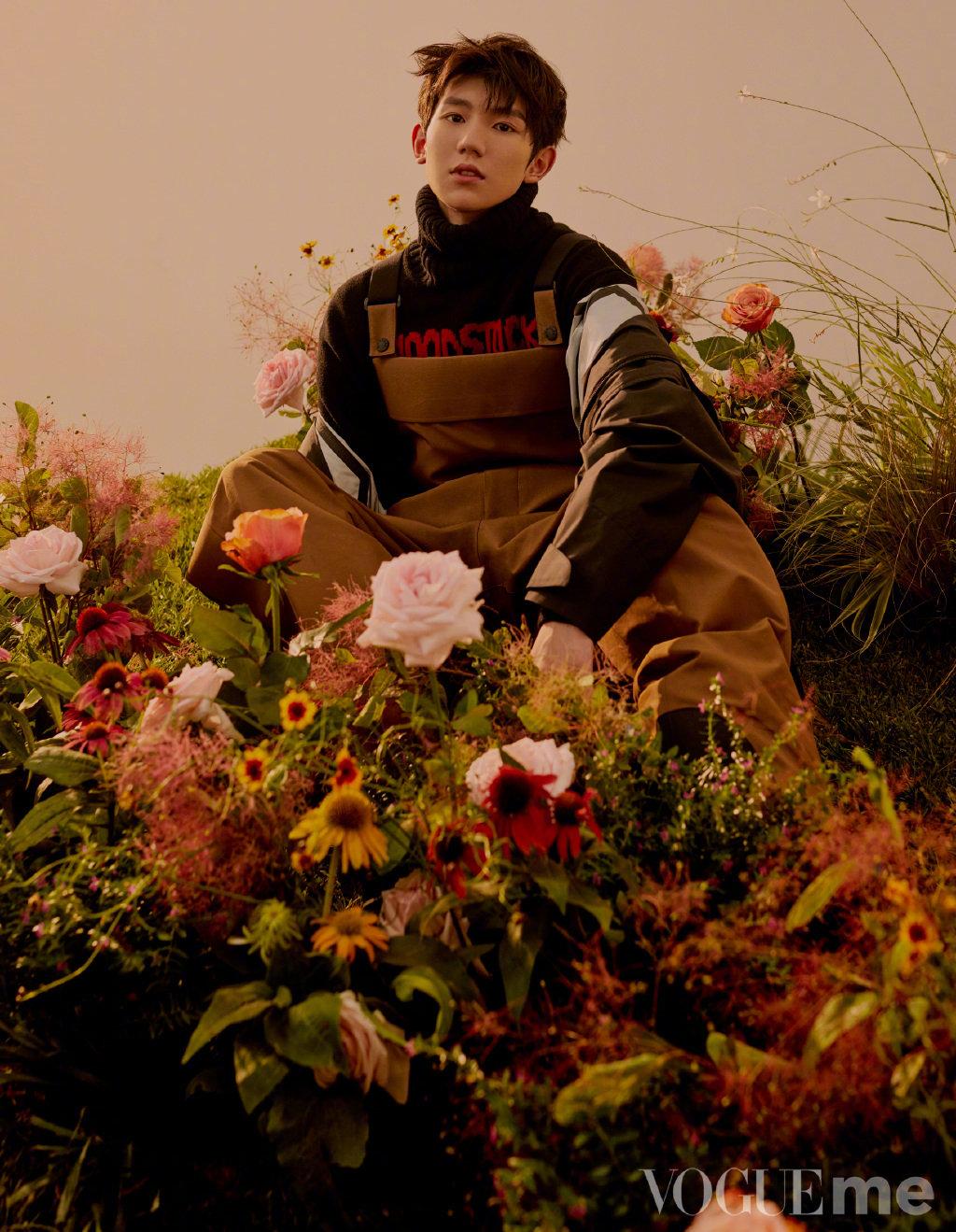 王源《VogueMe》新图,花园中赋予秋日更多浪漫气息~