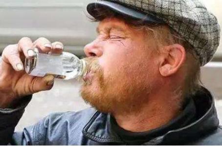 """俄罗斯人喝酒如喝水,为啥不喝中国白酒?了解原因,快""""笑趴""""了"""