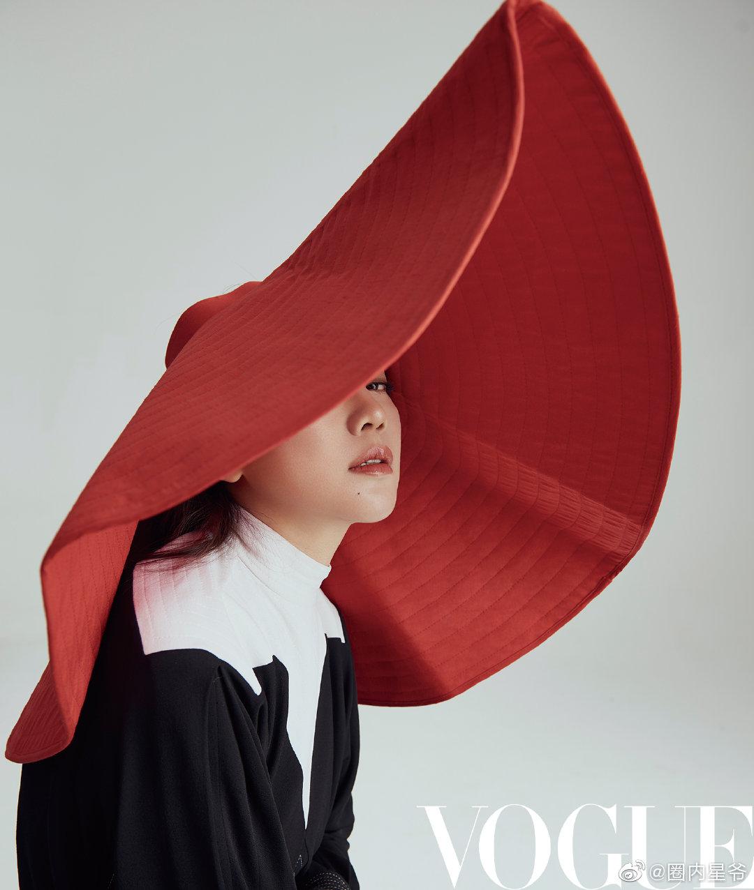 演员闫妮的时尚大片,深V连衣裙搭配飘逸波浪长发