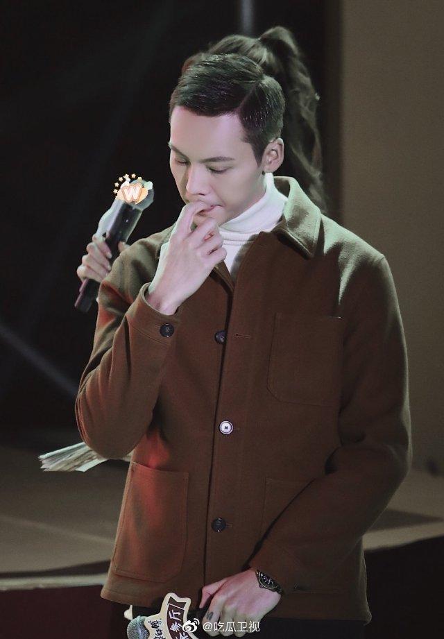 陈伟霆出席活动,为了不让粉丝担心自己咬手指的饱饱真可爱啊!
