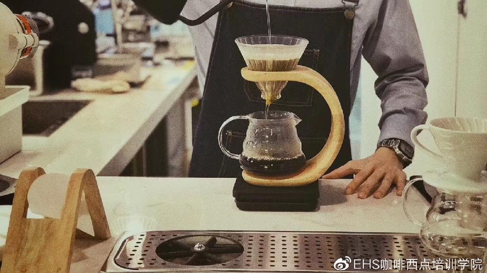 通过调整哪个萃取参数来得到咖啡的醇厚度?(1、减少粉量)