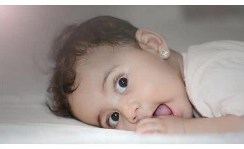 孩子挠耳朵就说是中耳炎:是不是新手妈妈都神经质