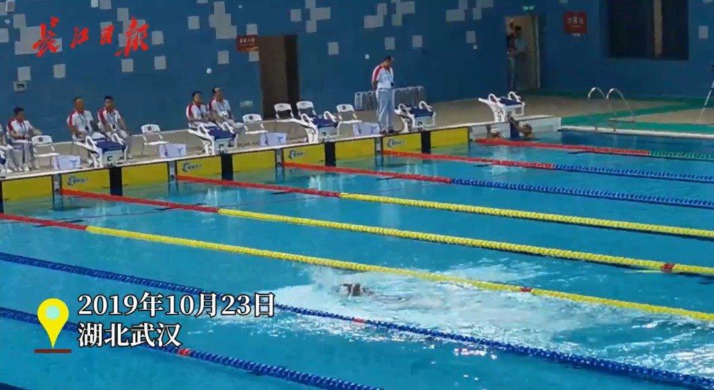 坚持游完最后50米,武汉观众为这位尼泊尔选手鼓掌加油