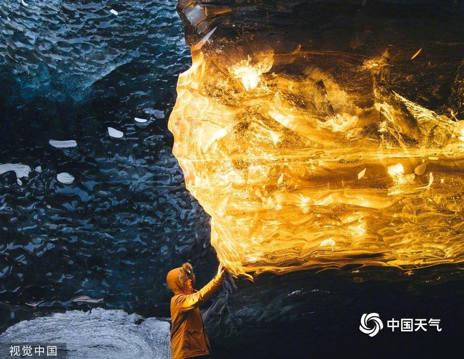 冰岛冰洞现罕见一幕 冰块闪金犹如宝石