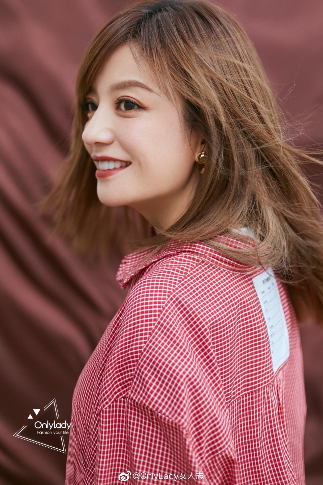 在新一期《演员请就位》 @赵薇 上身着粉色格纹衬衫内搭白色短袖