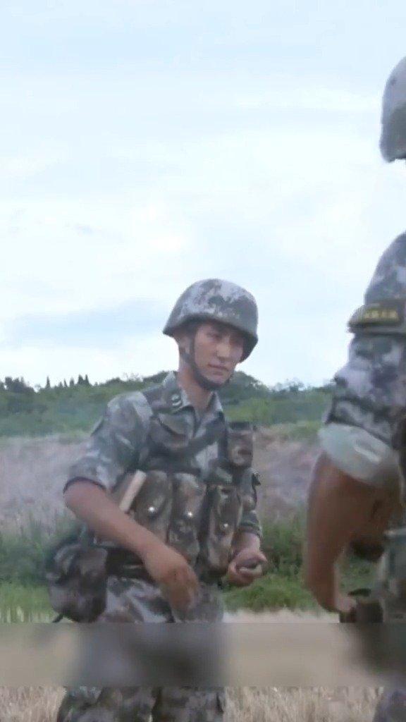 为帮新兵克服心理障碍,战士们手传炸药包,20秒后就会爆炸