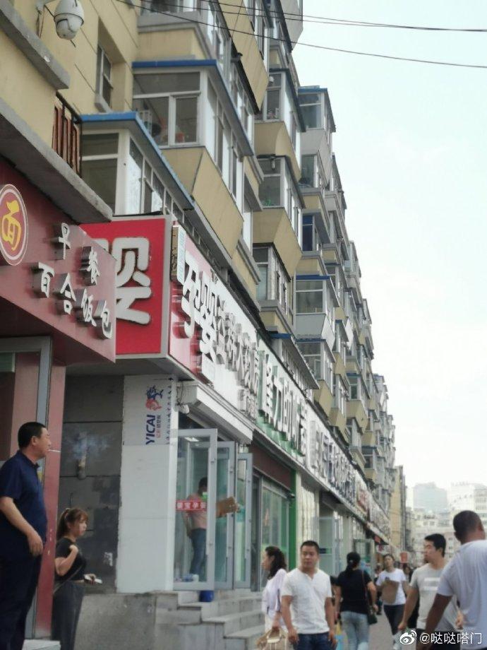 网友爆料:长春市二院外面,明明是公共车位,被洗车行占上了