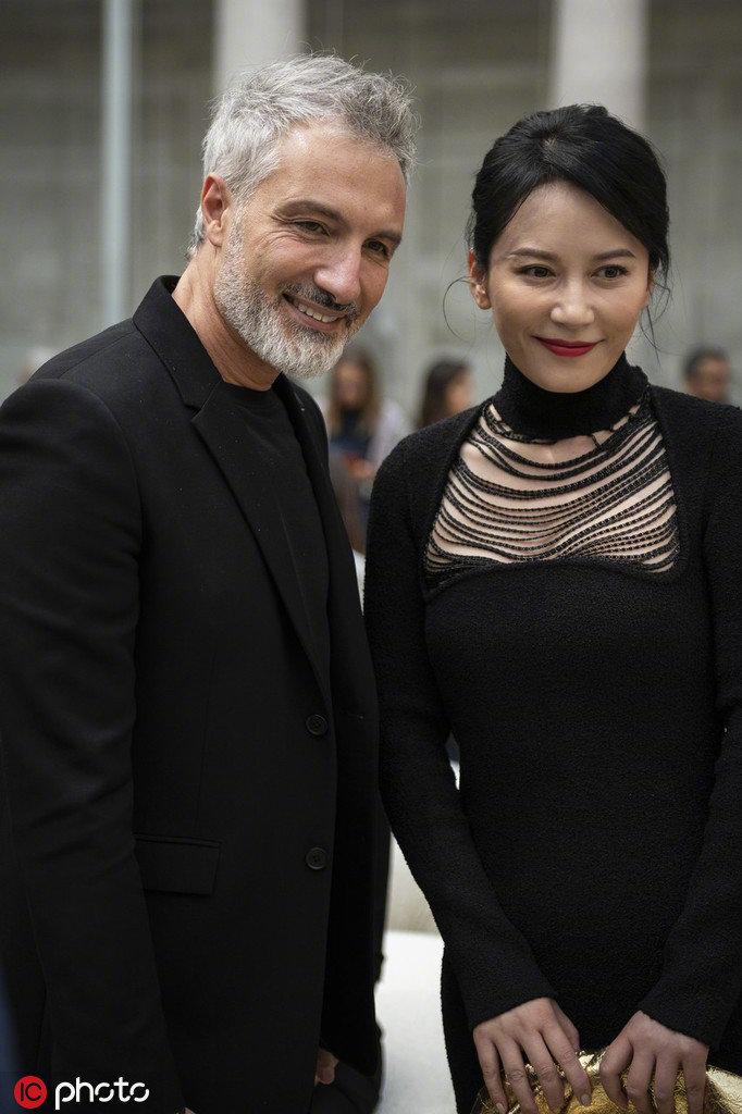 俞飞鸿亮相米兰时装周看秀,黑色镂空珠链裙优雅性感~