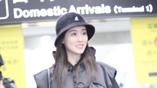 祝绪丹炫酷走机场,廓形夹克潇洒大气,三七比例身材太完美