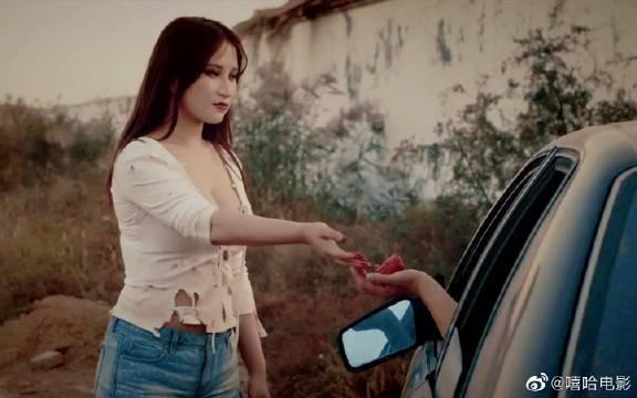 出租车司机拉了个美女丧尸,女孩下车时,拿出一块生肉抵车费