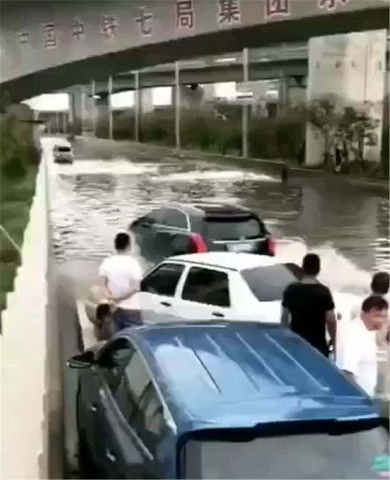 一片水域堵住一排车,凯迪拉克XT5车主一脚油门,未熄火通过