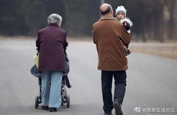 现今社会,工作压力大,仍然有很多留守儿童,因为父母外出工作