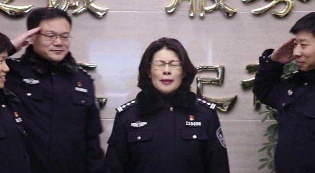 守护泉城广场的女民警 昨天退休了... ..