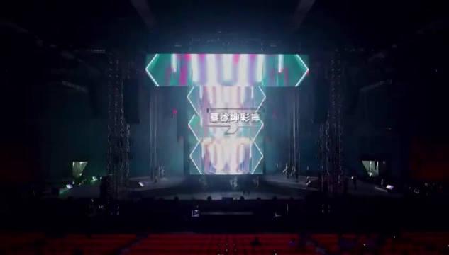 实验者蔡徐坤彩排同时观察dancer 们的状态,为了完美舞台严控细节