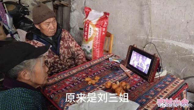 农村小伙到邻居家做客,大爷大妈在看影视剧,他家的电视机很特别