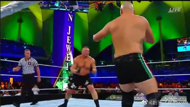 WWE《皇冠之珠》:凯恩一脚踹翻布洛克·莱斯纳,结果惨遭木村锁!